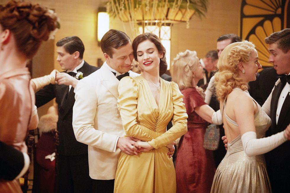 cặp đôi khiêu vũ trong phim điện ảnh The Guernsey Literary and Potato Peel Pie Society