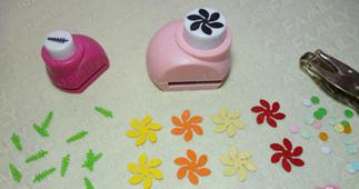 Cắt bìa cứng thành những bông hoa nhỏ (Ảnh ST)