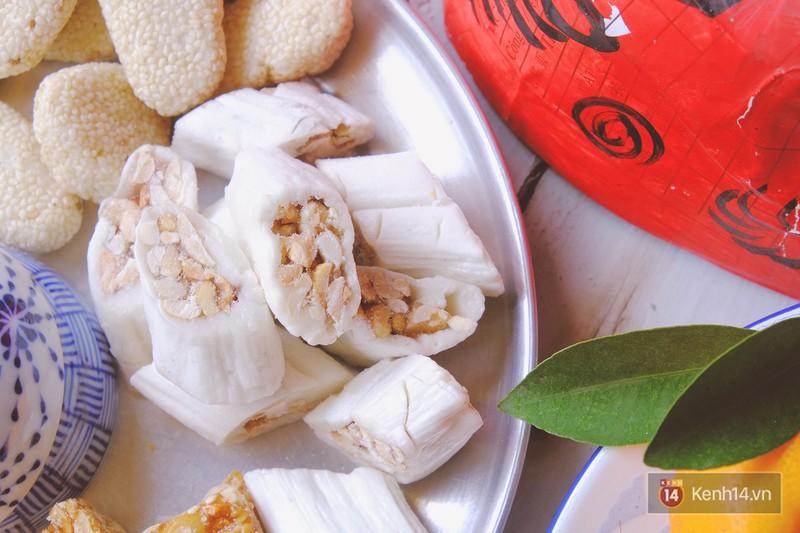 Nhâm nhi tách trà nóng cùng món kẹo dồi lạc ngon ngọt (