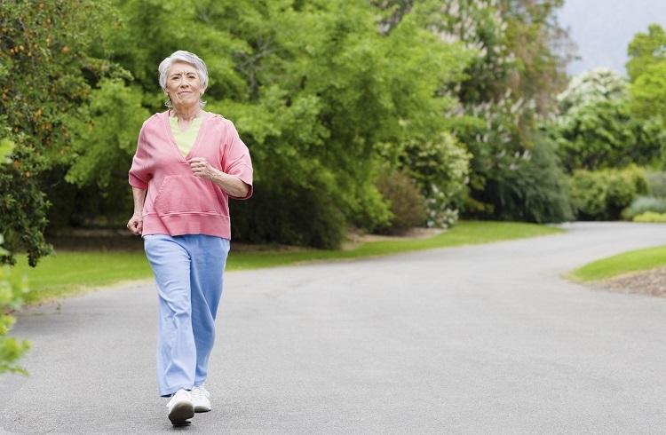 Lợi ích của đi bộ đối với người già