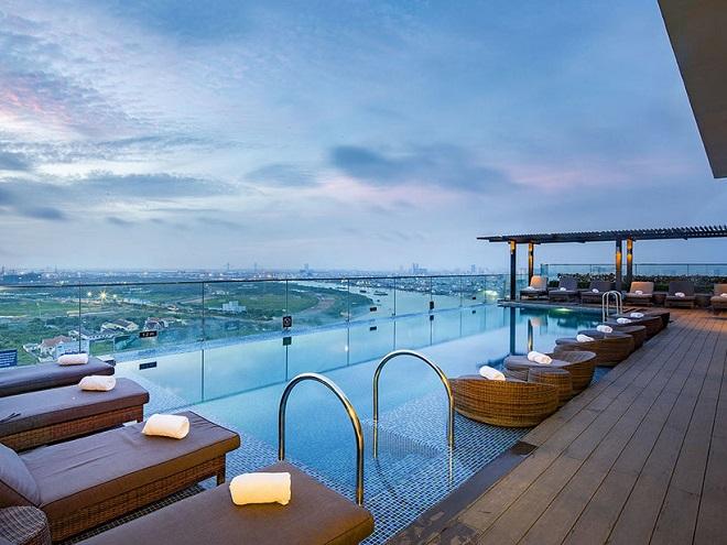 Từ sân thượng quán Vertical Sky Bar, bạn có thể ngắm nhìn được con sông nhỏ uốn lượn quanh thành phố
