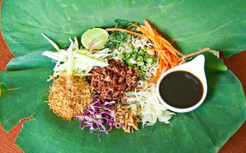 Khao yam - móncơm trộn với nước sốt budu của Thái
